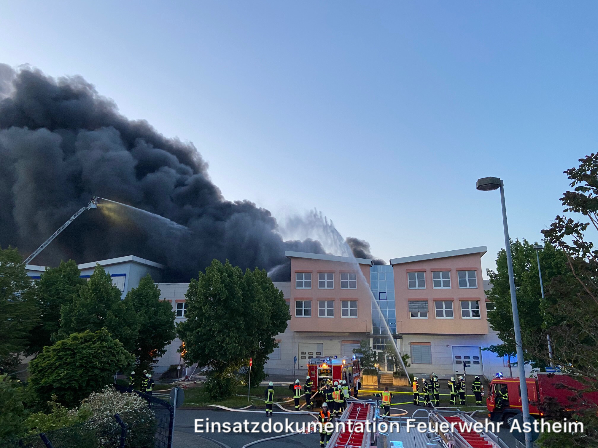 Lagerhalle in Vollbrand